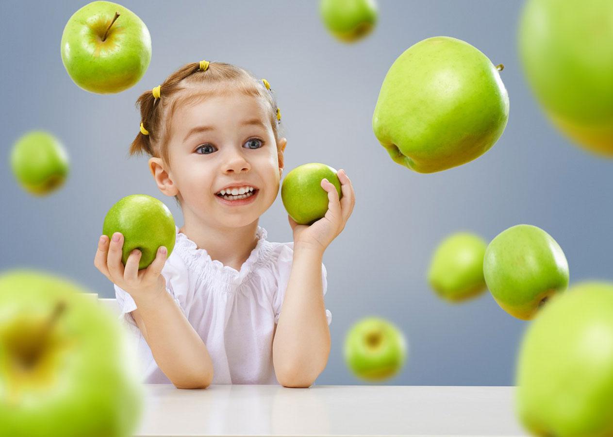 Дети и яблоки